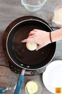 Placing an onion in the center of the pan