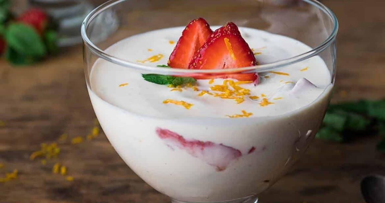 Fresas con Crema in a clear bowl