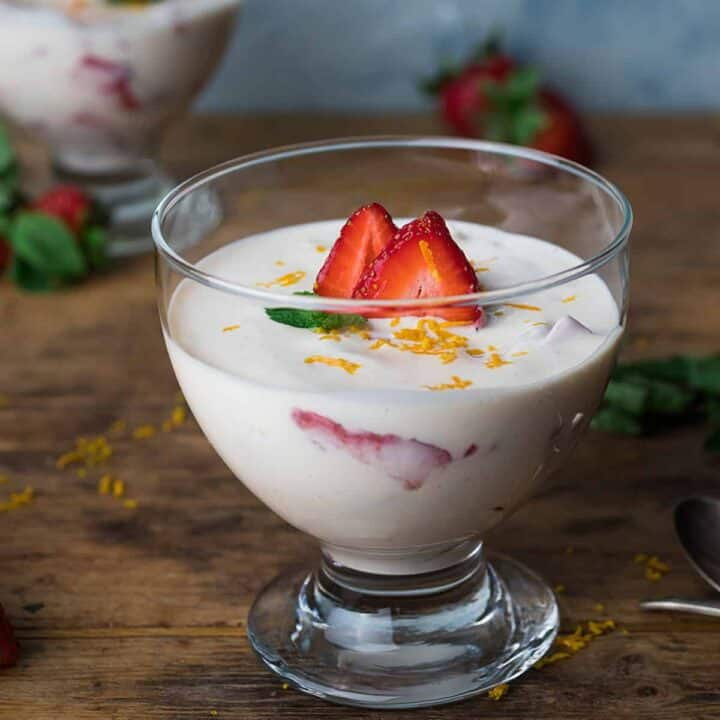 Fresas con Crema in a clear bowl
